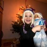 Erkan und Mia haben die selbe Mütze geschenkt bekommen